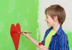 在墙壁上的男孩绘画 免版税图库摄影