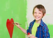 在墙壁上的男孩绘画 免版税库存图片
