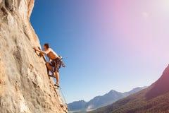 在墙壁上的男性攀岩运动员 免版税库存照片