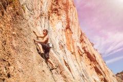 在墙壁上的男性攀岩运动员 免版税库存图片