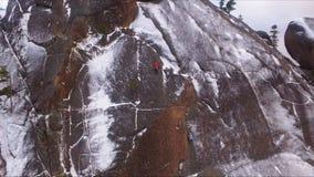 在墙壁上的登山人 一个高岩石的训练登山人在西伯利亚自然保护Stolby 股票视频