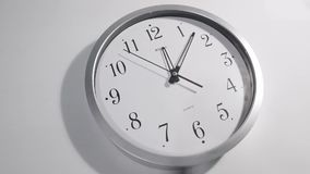 在墙壁上的白色时钟表盘 影视素材