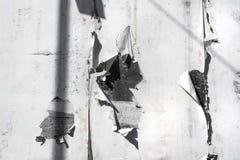 在墙壁上的白色被撕毁的纸 免版税库存照片