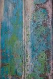在墙壁上的破裂的颜色表面 免版税库存照片