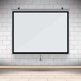 在墙壁上的空白的放映机帆布在会议室 免版税库存图片