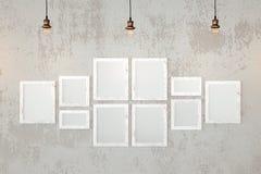 在墙壁上的空白的照片框架 库存照片
