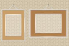 在墙壁上的空的框架有无缝的装饰的 免版税库存照片