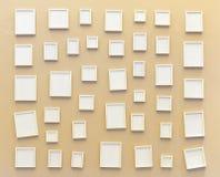 在墙壁上的空的白色照片框架 图库摄影