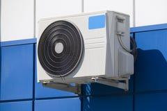 在墙壁上的空调冷却空气 免版税库存照片