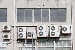在墙壁上的空调器 免版税库存图片