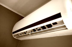 在墙壁上的空调设备 免版税库存图片