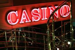 在墙壁上的红色霓虹赌博娱乐场标志 图库摄影