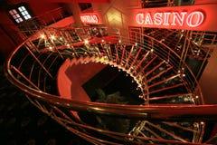 在墙壁上的红色霓虹赌博娱乐场标志 免版税库存图片