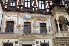 在墙壁上的绘画在Peles的庭院在锡纳亚防御,在罗马尼亚 库存图片