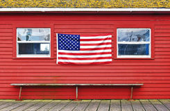 在墙壁上的美国国旗 库存照片