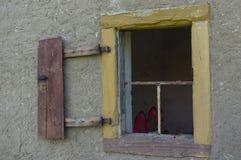 在墙壁上的老开放和残破的窗口 免版税库存照片