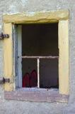在墙壁上的老开放和残破的窗口 免版税库存图片