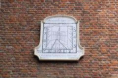 在墙壁上的老日规在瓦瑟讷尔,荷兰 库存照片