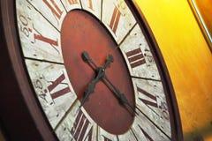 在墙壁上的老时钟吊 库存图片