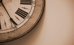 在墙壁上的老时钟 免版税库存照片