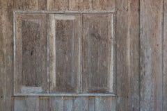 在墙壁上的老木窗口 免版税库存照片