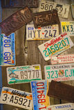 在墙壁上的老汽车许可证板材 库存图片
