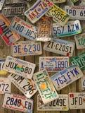 在墙壁上的老汽车许可证板材 免版税库存照片