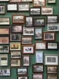 在墙壁上的老照片 免版税库存图片