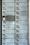 在墙壁上的老生锈的衣物柜 免版税库存照片