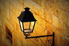 在墙壁上的老铁街道灯笼 免版税库存照片