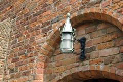 在墙壁上的老铜灯笼在瓦瑟讷尔,荷兰 免版税库存图片