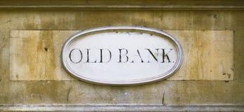 在墙壁上的老银行匾 免版税库存照片