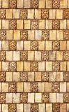 在墙壁上的老陶瓷马赛克,被风化的瓦片,花卉题材 免版税库存照片