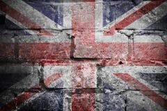 在墙壁上的脏的英国旗子 免版税库存照片
