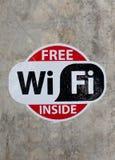 在墙壁上的自由wifi标志 免版税库存图片