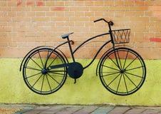 在墙壁上的自行车 免版税库存照片