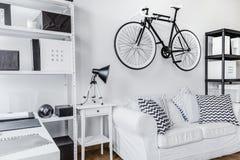 在墙壁上的自行车 库存照片