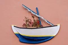 在墙壁上的花箱子在大加那利岛 库存图片