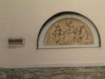 在墙壁上的荐骨的安心在教会, Litschau,奥地利 免版税库存图片