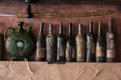 在墙壁上的葡萄酒刀子 库存照片