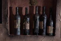 在墙壁上的葡萄酒刀子 免版税库存图片