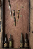 在墙壁上的葡萄酒刀子 图库摄影