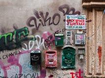 在墙壁上的葡萄酒邮箱在卡塔尼亚,意大利 库存图片