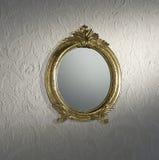 在墙壁上的葡萄酒镜子 库存照片