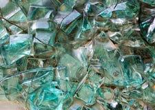 在墙壁上的蓝绿色装饰抽象玻璃立方体 库存照片