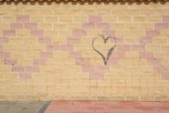 在墙壁上的街道画心脏 库存图片