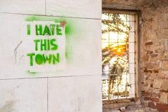 在墙壁上的街道画 我恨爱这个城市 免版税库存照片