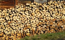 在墙壁上的被堆积的橡木木柴 库存照片