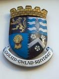 在墙壁上的装饰五颜六色的威尔士纹章学标志 免版税库存图片