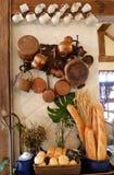 在墙壁上的装饰葡萄酒厨房样式垂悬的厨具 图库摄影